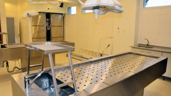 Innovación. Las autopsias podrán ser observadas por los peritos de parte, abogados, fiscales y jueces desde una sala vidriada. Las mismas serán grabadas.