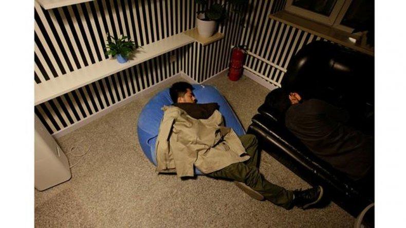 Yu Xiaojiang (LI) y Li Yan, los empleados de Grupo Gopal, toman una siesta durante un descanso en el trabajo alrededor de la medianoche.