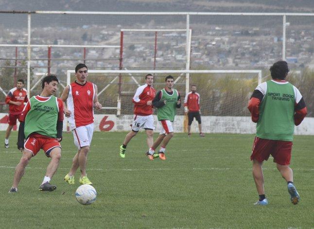 Huracán entrenó ayer en su campo de juego donde recibirá el domingo a Boxing de Río Gallegos.