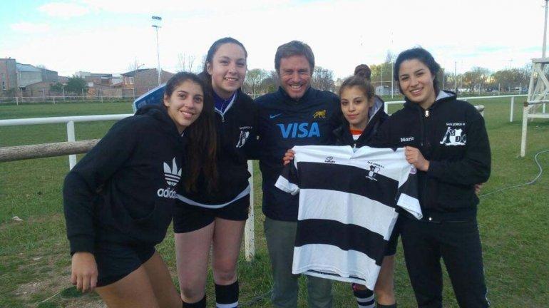 Las chicas de San Jorge RC que participaron de la concentración junto al entrenador de las selección argentina femenina