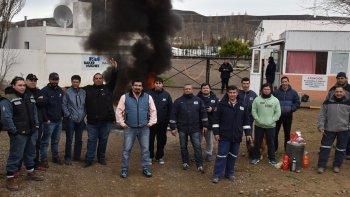 Despedidos por la contratista Baker Hughes continúan reclamando su reincorporación en la base de Cañadón Seco. Una protesta similar se realiza en Las Heras.