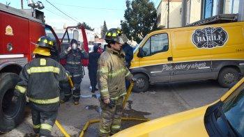 Los bomberos trabajan en el edificio para sofocar el incendio en la cocina de frituras.