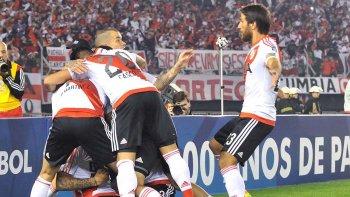 Todos se suman al festejo del gol de Sebastián Driussi, autor del primer gol de River anoche en el triunfo y título logrado en un Monumental que lució colmado.