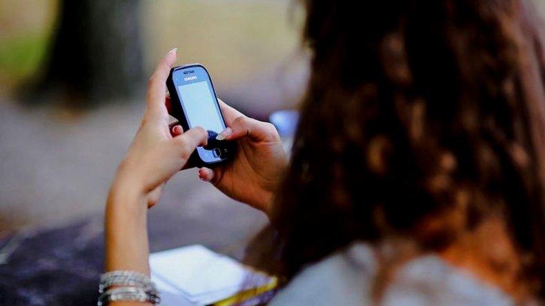 Descubrió que intercambiaba mensajes  de texto con su novia y le pegó tres tiros