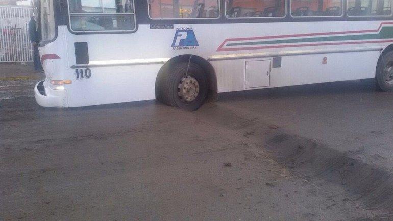 El municipio culpó a la SCPL por el bache en el que cayó un colectivo
