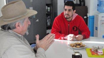 El Tigre Saldivia charlando con Othar Macharashvili, titular de Comodoro Deportes.
