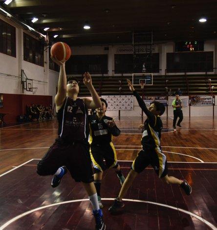En el gimnasio Diego Simón el miércoles se jugaron dos partidos por las categorías formativas.