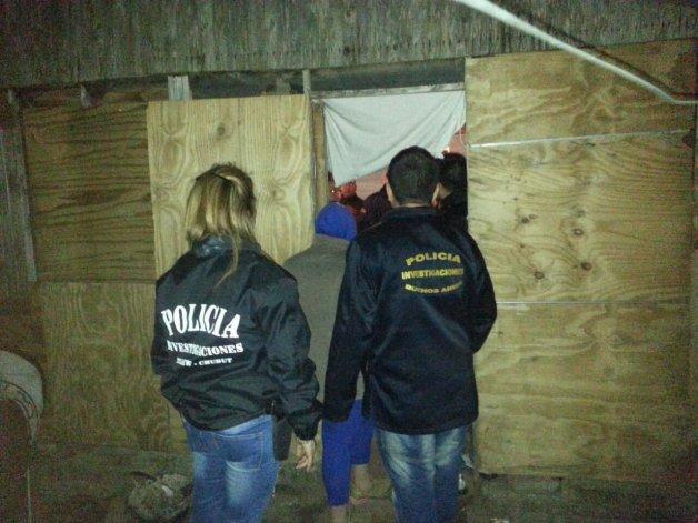 Tres efectivos de la Brigada de Trelew se encargaron de rescatar el jueves a las niñas víctimas de trata.