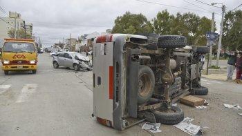 Tras el fuerte impacto ocurrido frente al Colegio 796, la Toyota Hilux quedó volcada sobre uno de sus laterales.