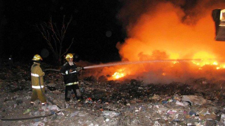 Dos pueblos fueron evacuados ante un incontrolable incendio forestal