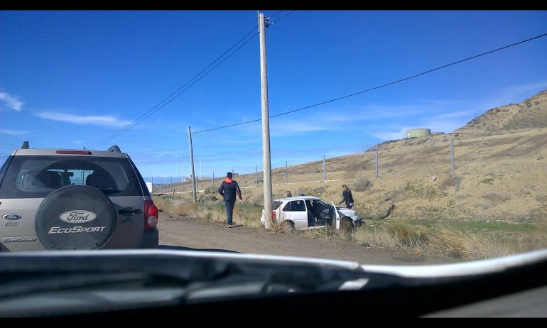 Una mujer quedó atrapada en su auto tras chocar sobre la Ruta 1