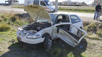 una mujer quedo atrapada en su auto tras chocar sobre la ruta 1