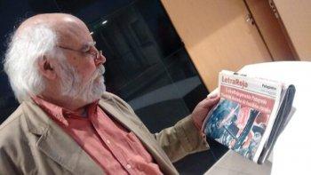 Juan Sasturain con la edición de Letra Roja en la que se lanzó Historia de Patagonia Western, uno de los mitos que existen en esta parte del mapa.
