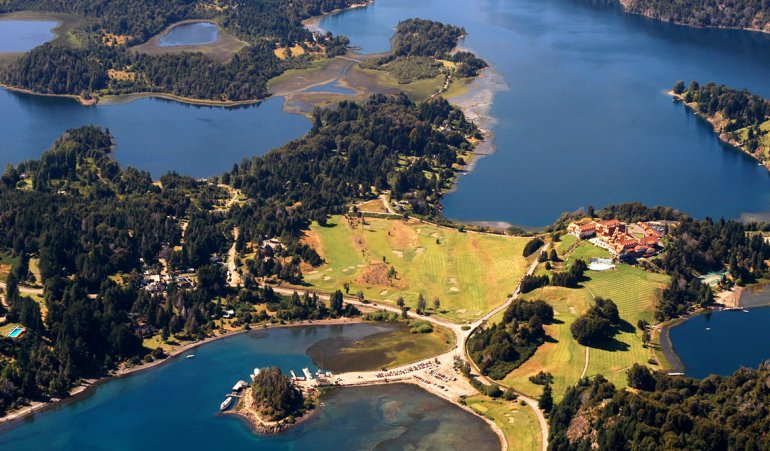 Bariloche con sus verdes paisajes y aguas cristalinas colorean hermosas postales.