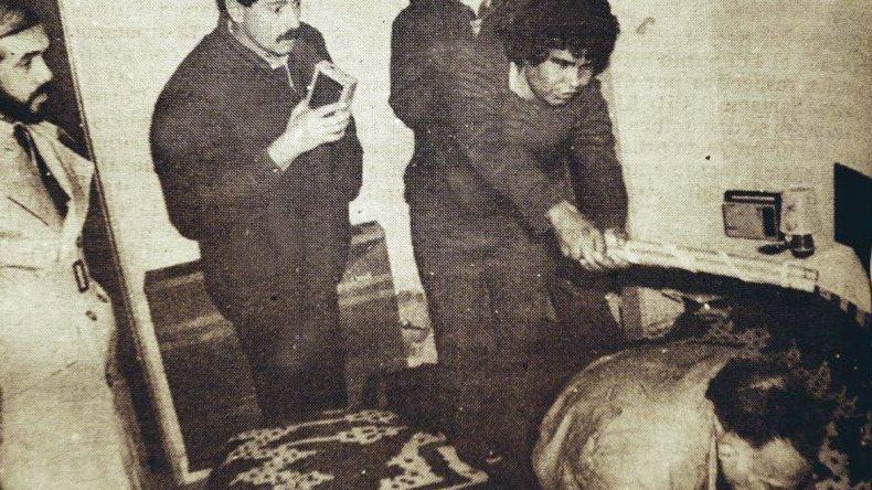 Santos Purulla muestra al juez Alberto Ravazzoli cómo mató a golpes al marido de su amante. La frialdad sorprende. Junto a Ramona Marcial