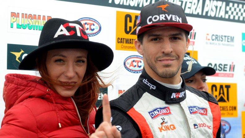 Matías Rossi señalando con su índice el uno ayer en el autódromo de Paraná.