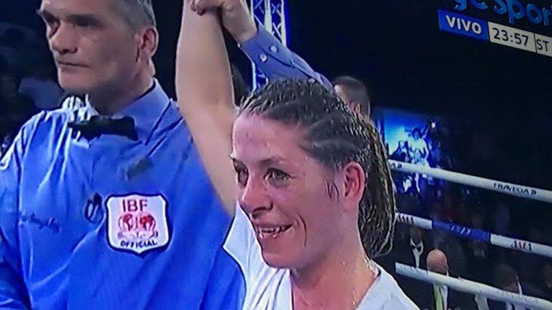 Carolina Duer volvió a ring y lo hizo con una gran victoria la noche del viernes en la ciudad de Quilmes.