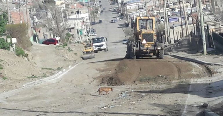 El trabajo de las máquinas viales en una de las calles de tierra de la zona alta de Comodoro Rivadavia.