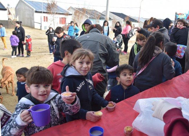 Los organizadores también agasajaron a los pequeños con leche chocolatada y la actuación dos grupos murgueros.