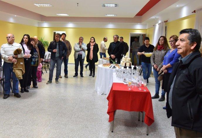El presidente de la institución barrial. Miguel Nieva –derecha- tuvo a su cargo la presentación de los obras de remodelación del SUM.