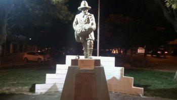 La iluminación que se instaló en el monumento a los Bomberos, en el bulevar de Rivadavia y Alsina.