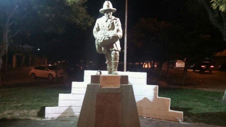 La iluminación que se instaló en el monumento a los Bomberos