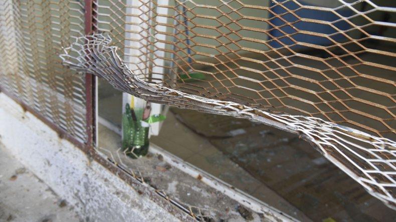 Los autores del robo rompieron las rejas de las ventanas y destrozaron los cristales para ingresar.