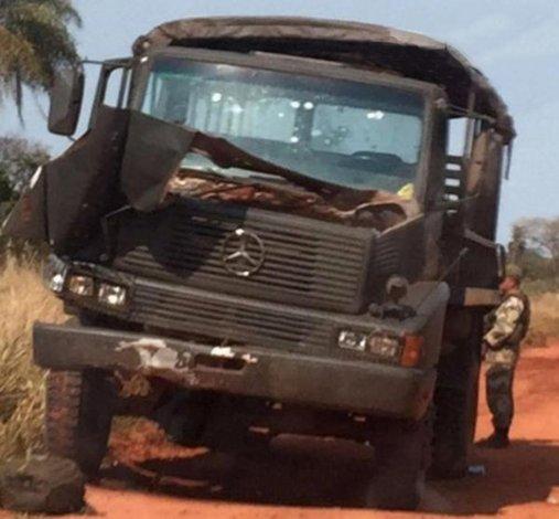 El camión en el que se desplazaban los militares emboscados.