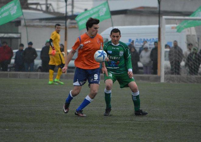Vladimir Covalschi intenta dominar el balón en el partido que ayer la CAI cayó como visitante 2-1 ante Camioneros de Río Grande.