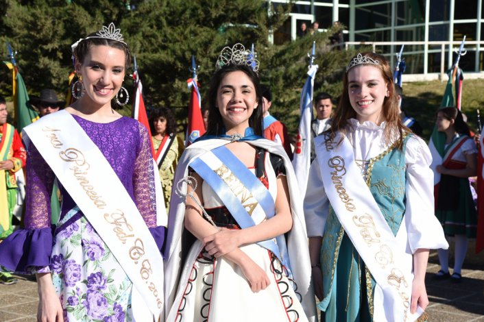 Guadalupe Rodríguez participó ayer de su primera actividad como reina de la Federación de Comunidades Extranjeras junto a las princesas Julieta Silva