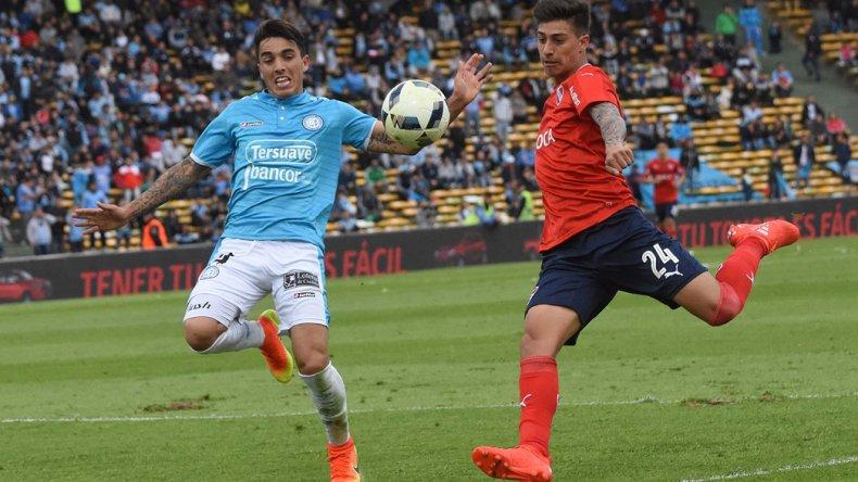 Emiliano Rigoni saca el derechazo que terminaría en el fondo de la red ayer en Córdoba.