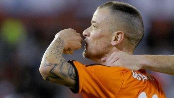 Andrés DAlessandro festeja su gol, el tercero de River ayer en la goleada ante Banfield en el Monumental que siguió de fiesta.
