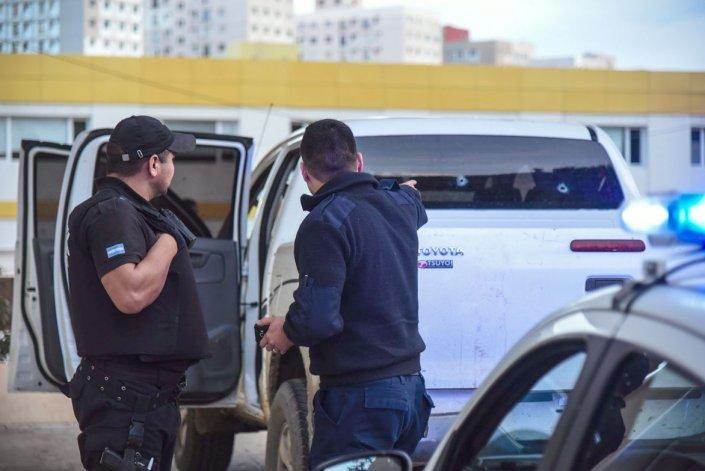 La policía señala los dos impactos de bala que recibió la Toyota Hilux