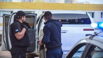 La policía señala los dos impactos de bala que recibió la Toyota Hilux, uno de los cuales hirió a uno de sus ocupantes.