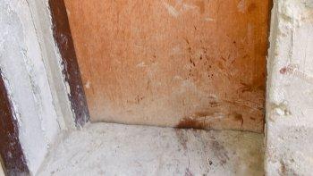 La puerta de la habitación donde se produjo el femicidio.