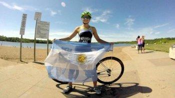 Moira Miranda con la bandera argentina ya está lista para el viaje que realizará a México para disputar el Mundial de triatlón.