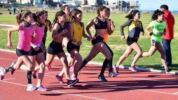 Las chicas en plena competencia el sábado en la pisa de solado sintético.