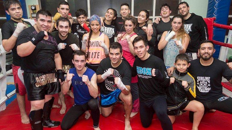 Leo Moreno –abajo der– brindó detalles de lo que será el festival Nueva Generación que organiza Comodoro Fight Club el sábado 10 de setiembre en el municipal 1.