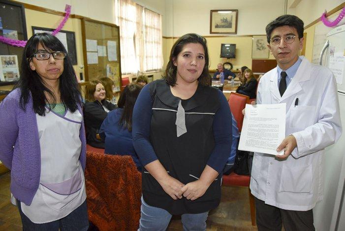 Carlos Magno y docentes del Colegio Perito Moreno presentaron el documento que enviarán a la Legislatura provincial.