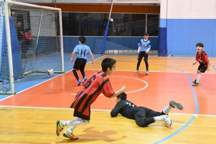 Los chicos disfrutaron de otro domingo a puro futsal en la CAI.