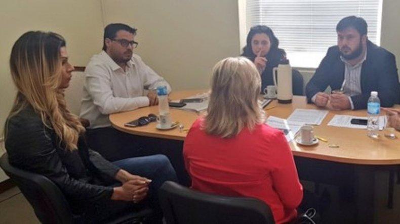 Jessica Millamán en la reunión llevada adelante ayer en la Subsecretaría de Relaciones Institucionales del Gobierno del Chubut.