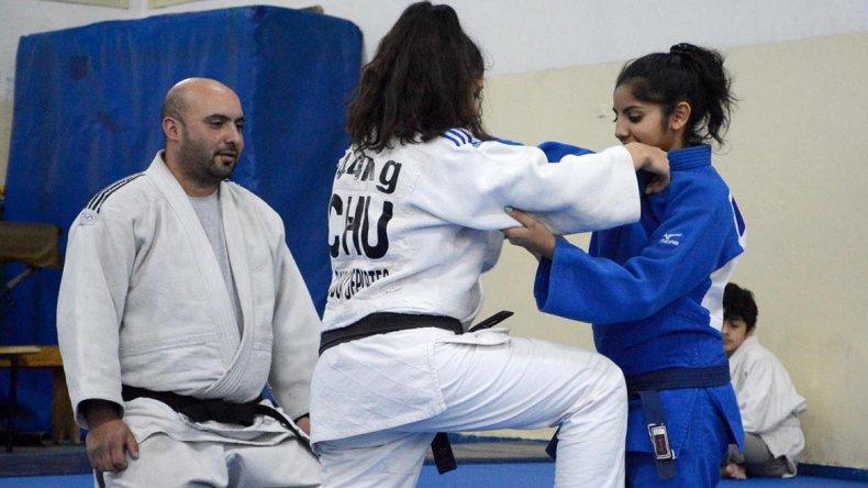 Leonardo Smart observa a su hija Antonella –der– en acción en el municipal 1