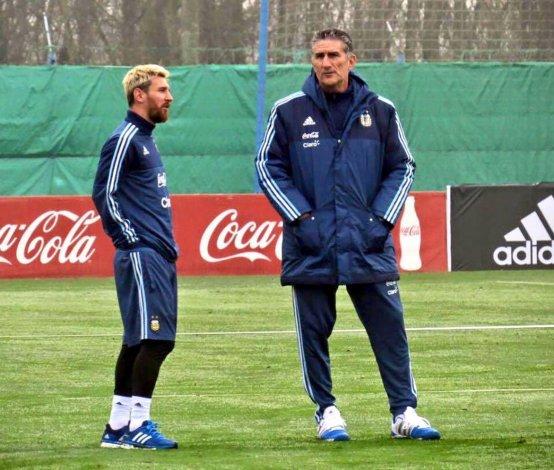 El crack Lionel Messi junto a su entrendor Edgardo Bauza durante el entrenamiento de la selección argentina.