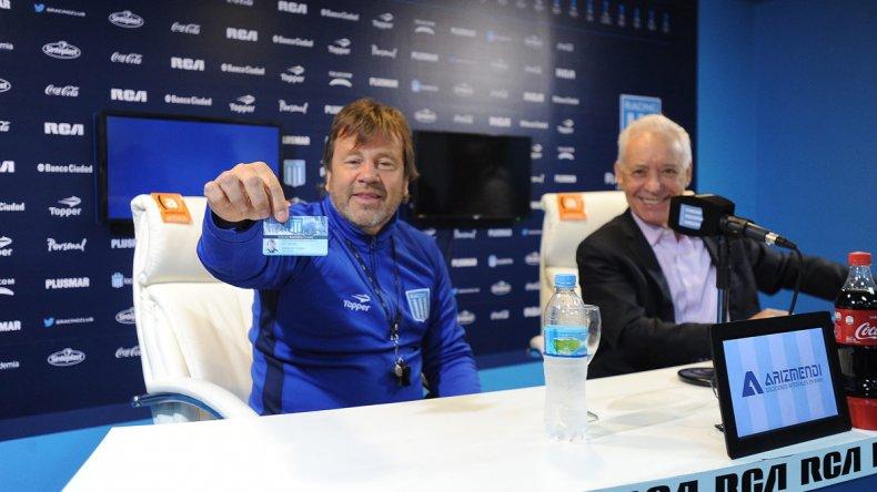 El entrenador Ricardo Zielinski muestra su carnet de socio de Racing junto al presidente de la Academia