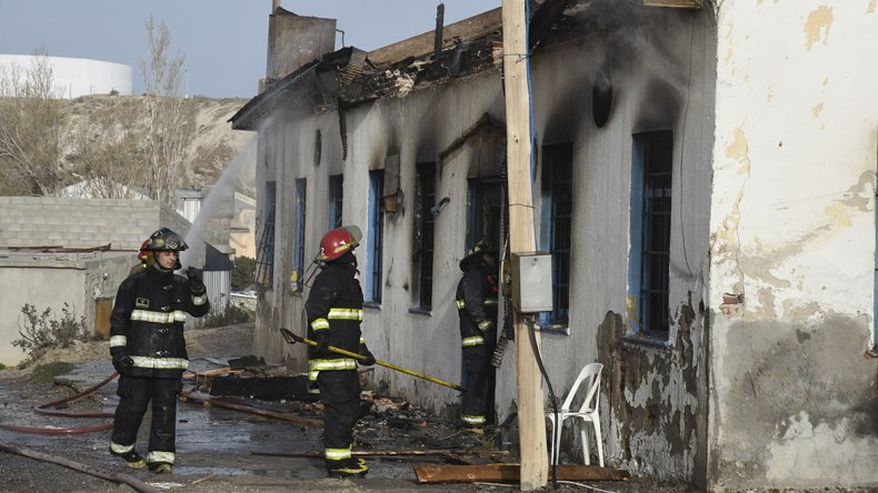Los bomberos sofocan las llamas que consumieron el viejo club donde habrían violado a la menor de edad.