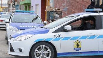 Policías realizan tareas de investigaciones para dar con los dos sujetos que atacaron a padre e hijo en el barrio Los Pinos.