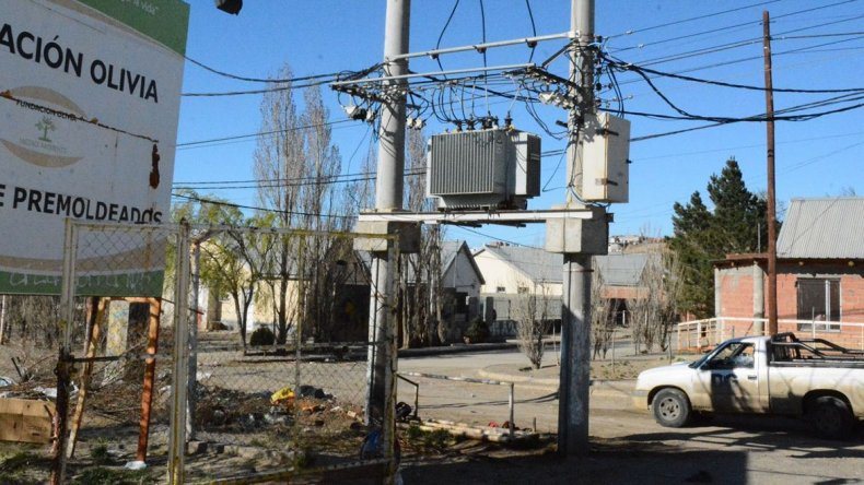 El transformador ubicado en la calle Pocha Juárez fue destruido por  vándalos y la empresa Servicios Públicos no dispone de otro para  realizar el reemplazo.