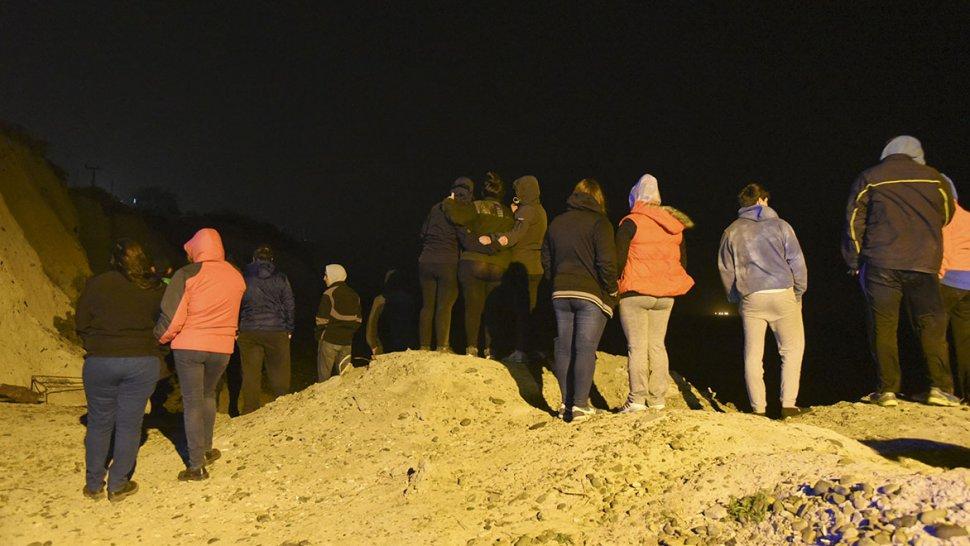 La consternación de familiares y amigos de Carlos Carranza en el lugar donde fue hallado su cuerpo.