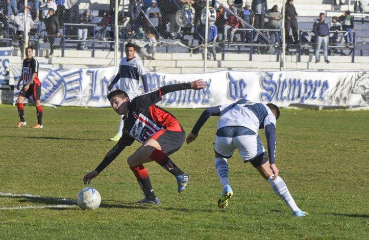 Ameghino tuvo el dominio del balón y superó por 3 a 0 a Jorge Newbery.