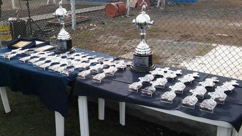 Las copas y los reconocimientos individuales para los ferroviarios y los invitados de Estrella Norte de Caleta Olivia.